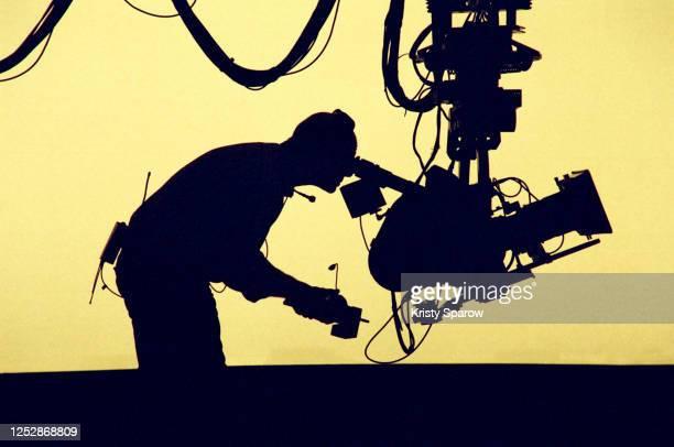 silhouetted cameraman - dietro le quinte palcoscenico foto e immagini stock