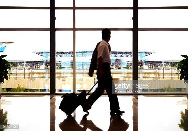 Umrisse Reisen zu Fuß in Flughafen