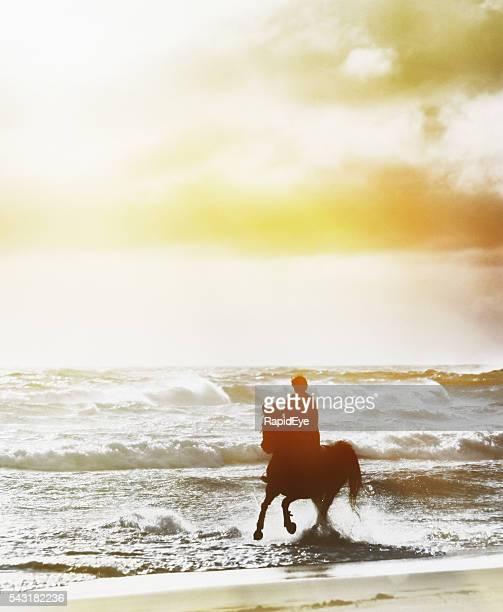 """Silhouettes femme cycliste au galop grâce à ses vagues de l hiver après-midi"""""""