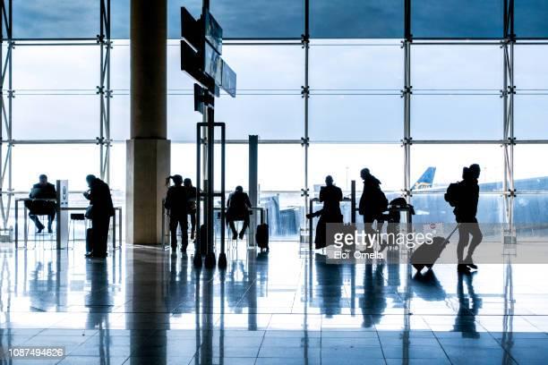 siluetas en el aeropuerto de barcelona - barcelona españa fotografías e imágenes de stock