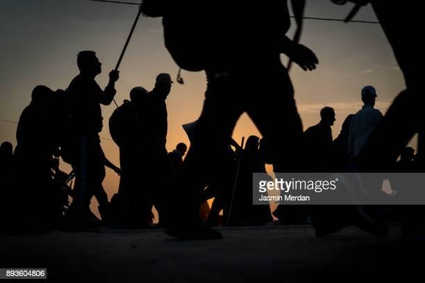 silhouettes of crowded people walking - arbaeen - fotografias e filmes do acervo