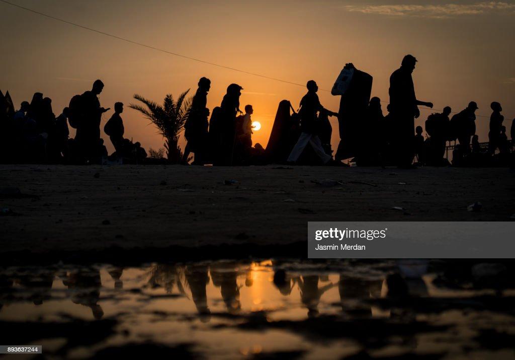 Silhouettes of crowded people walking : Foto de stock