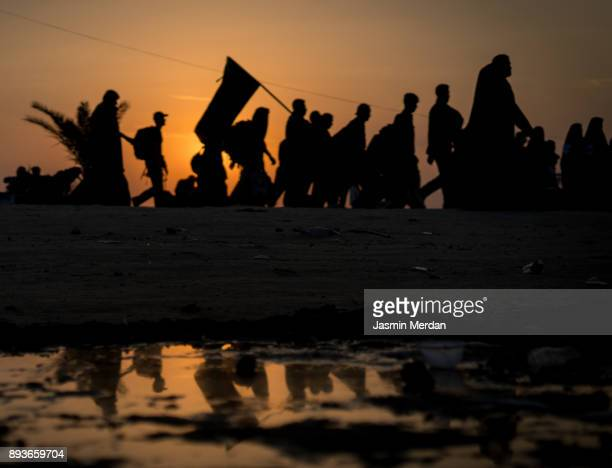 silhouettes of crowded people walking - arbaeen fotografías e imágenes de stock