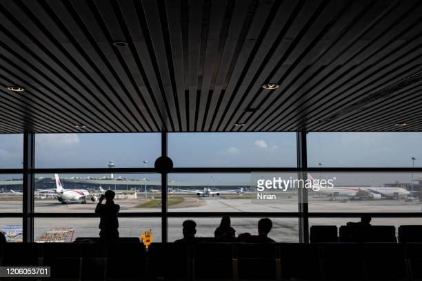 フライトを待っている乗客のシルエット - チャンギ空港 ストックフォトと画像