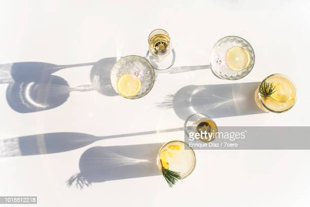 silhouettes of summer drinks in crystal and glass, horizontal - glas serviesgoed stockfoto's en -beelden