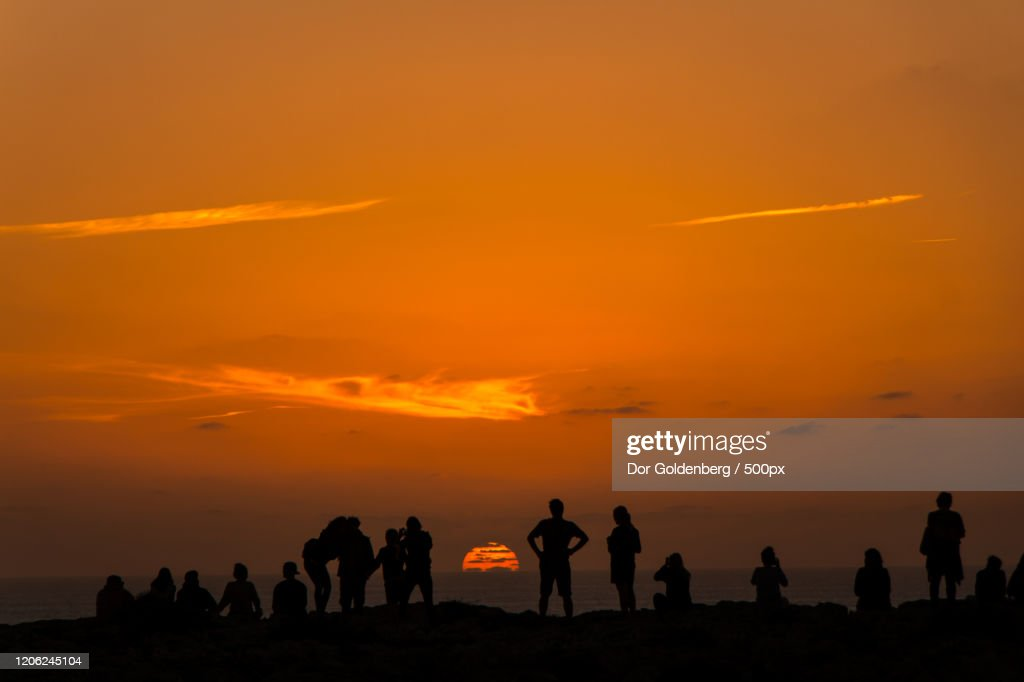 Silhouettes viewing sunset in Sagres, Portugal : ストックフォト