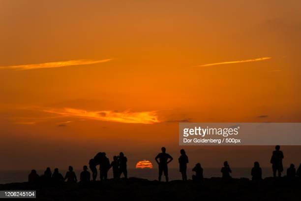 silhouettes viewing sunset in sagres, portugal - sagres bildbanksfoton och bilder