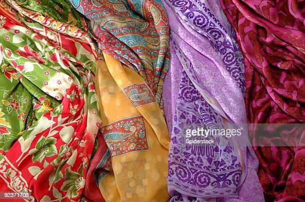 tissus de soie - foulard accessoire vestimentaire pour le cou photos et images de collection