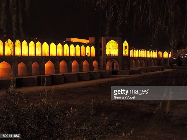 silk road khaju bridge lit at night, isfahan, iran - ザーヤンド川 ストックフォトと画像