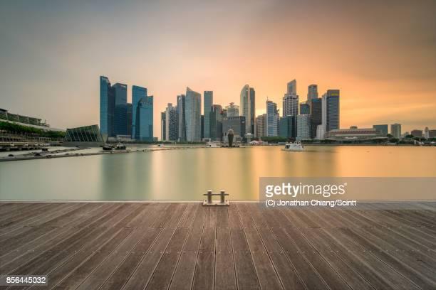 silky skies - marina bay singapur stock-fotos und bilder