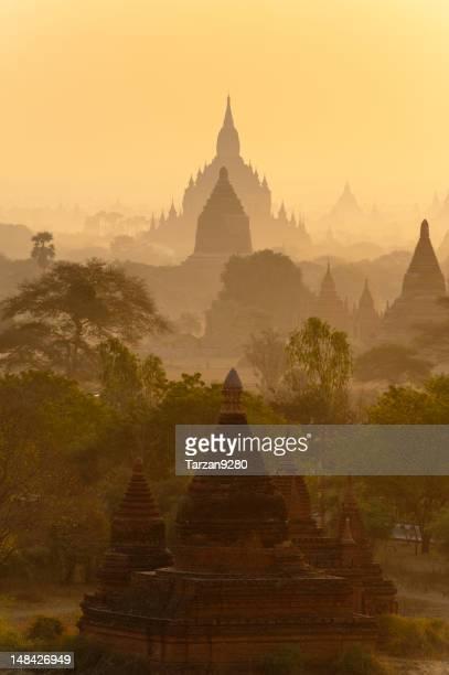 Sillhouette der Pagoden gegen Sonnenaufgang Himmel Pagan, Myanmar
