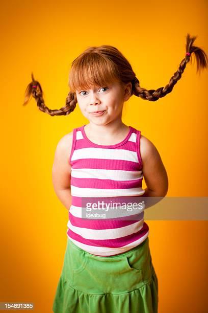 Lustig, langhaarigem Mädchen rot-Stellendatenbank bewerben Lippen mit nach oben, geflochtener Zopf