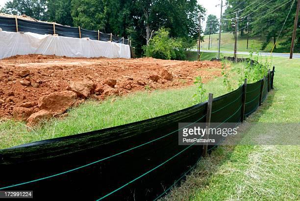 limo valla lucha contra la erosión en solar de construcción - erosionado fotografías e imágenes de stock