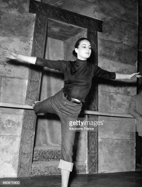 Silvana Mangano prenant des cours de danse pour son prochain film 'Mambo' réalisé par Robert Rossen à Rome Italie le 25 novembre 1953