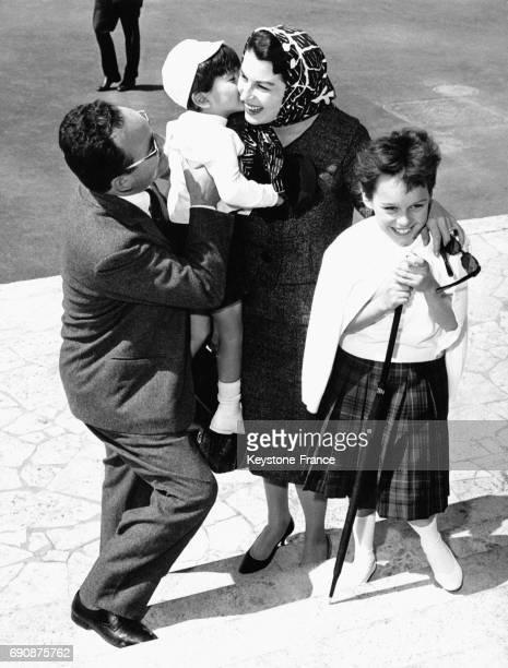 Silvana Mangano retrouve à l'aéroport Ciampino son mari Dino de Laurentiis et ses enfants Veronica et Federico à Rome Italie le 20 mai 1959
