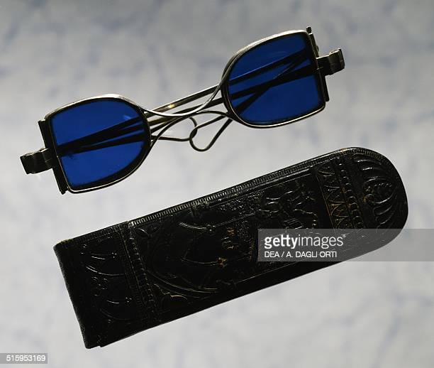 Silver horseshoe-shaped spectacles with lens protection and finely crafted leather case from England. 19th century.