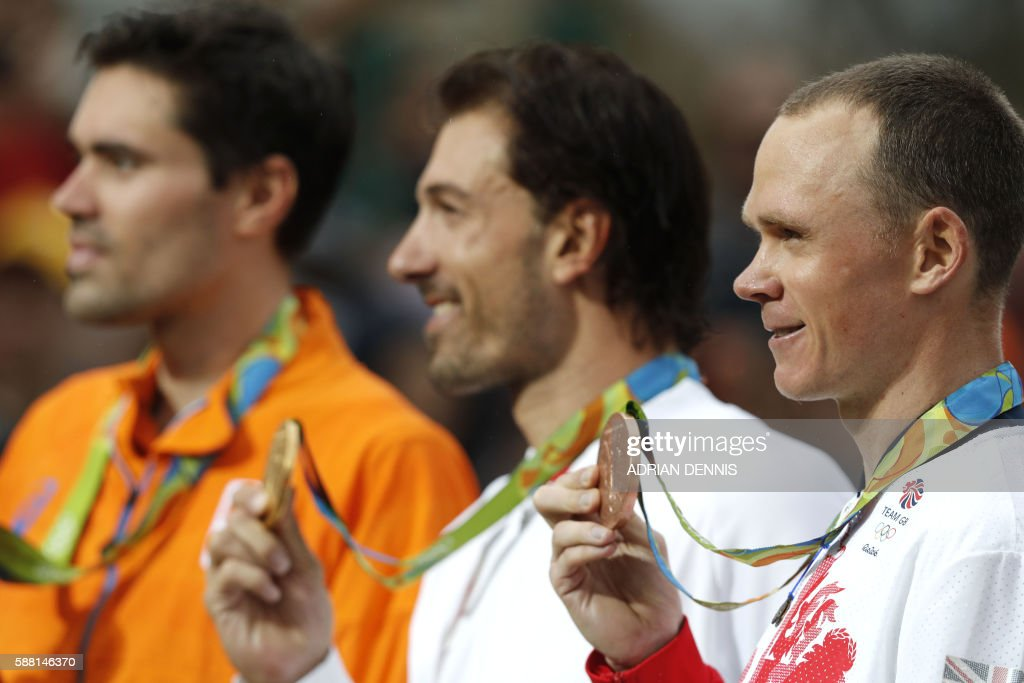 TOPSHOT - (L-R) Silver medallist Netherlands' Tom Dumoulin, gold medallist Switzerland's Fabian Cancellara and bronze medallist Britain's Christopher Froome pose on the podium after the Men's Individual Time Trial event at the Rio 2016 Olympic Games in Rio de Janeiro on August 10, 2016. / AFP PHOTO / Adrian DENNIS