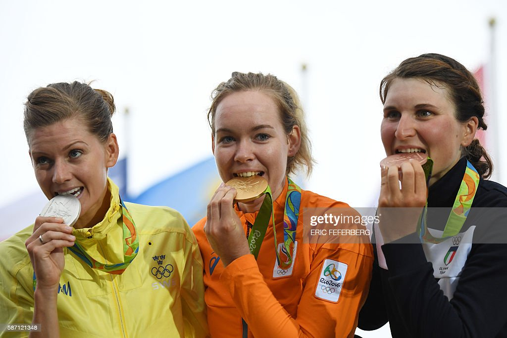 Silver medallist Sweden's Emma Johansson, Gold medallist Netherlands' Anna Van Der Breggen and Bronze medallist Italy's Elisa Longo Borghini pose on the podium after the Women's road cycling race at the Rio 2016 Olympic Games in Rio de Janeiro on August 7, 2016. / AFP / Eric FEFERBERG