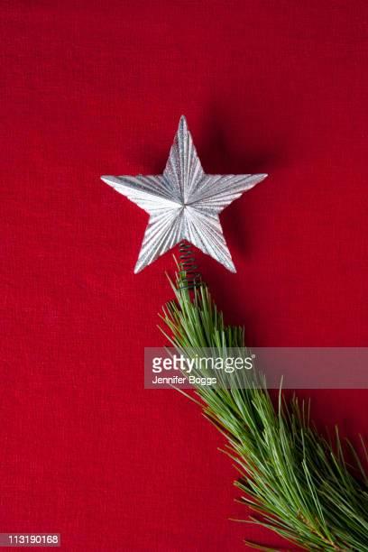silver star on branch of christmas tree - estrelas de natal imagens e fotografias de stock