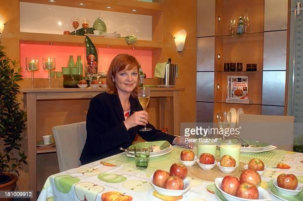 Johann Lafers Culinarium TVKochstudio Guldental Frau Ehefrau Familie Schüssel Speisen Obst Äpfel Getränk Glas Weinglas