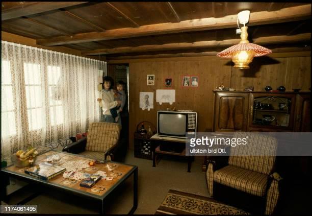 Silvia Ritter mit Kind im Wohnraum ihres Höhlenhauses 1988