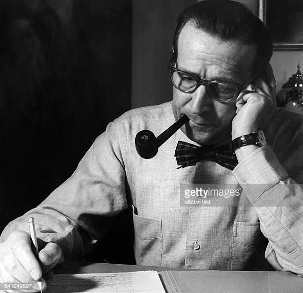 Simenon, Georges *13.02..1989+Schriftsteller, Belgien- bei der Arbeit am Schreibtisch- undatiert