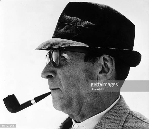 Simenon Georges *Schriftsteller Belgien Portrait im Profil mit Hut und Pfeife 1968