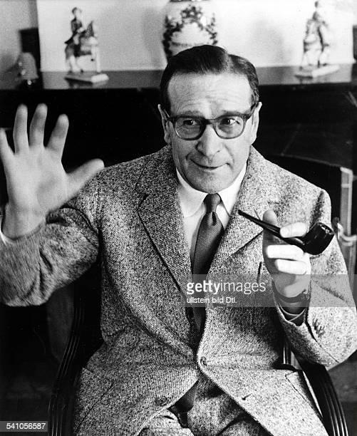 Simenon Georges *Schriftsteller Belgien Portrait mit Pfeife und erhobener Hand 1966