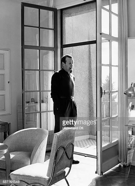 Simenon, Georges , Schriftsteller, Belgien, - in seiner Wohnung in Cannes, - 1957