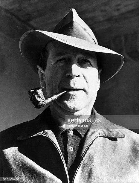 Simenon, Georges , Schriftsteller, Belgien, - Portrait mit Pfeife, - 1957