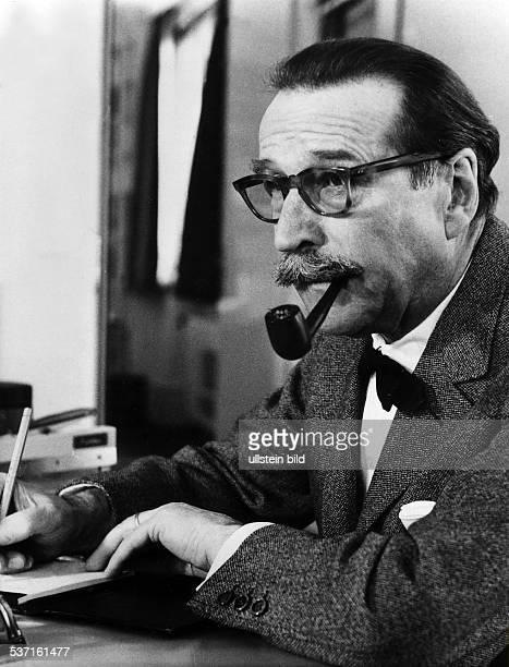 Simenon Georges Schriftsteller Belgien Portrait mit Pfeife am Schreibtisch 1968