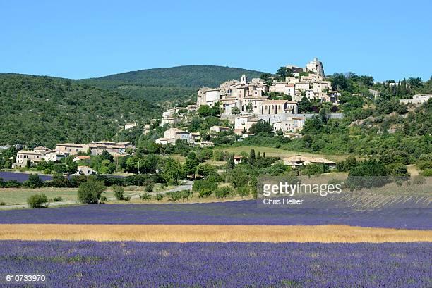 simiane-la-rotonde & lavender fields provence - アルプドオートプロバンス県 ストックフォトと画像