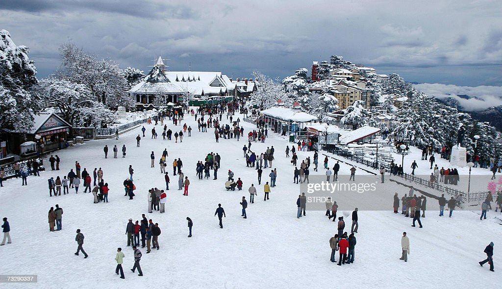 People meander through the snow followin... : News Photo