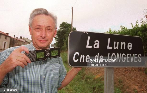 """Simon Gerzeau, 65 ans, retraité et maire de la commune vendéenne de Longeves, pose le 08 août 1999 près de la pancarte du lieu-dit de sa commune, """"La..."""
