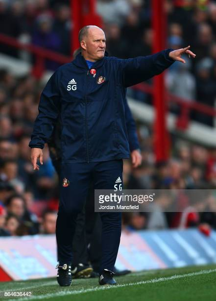 Simon Grayson manager of Sunderland gestures during the Sky Bet Championship match between Brentford and Sunderland at Griffin Park on October 21...