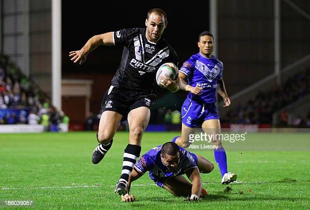 Simon Mannering of New Zealand breaks past the Samoa defence to score his second try during the Rugby League World Cup Group B match between New...