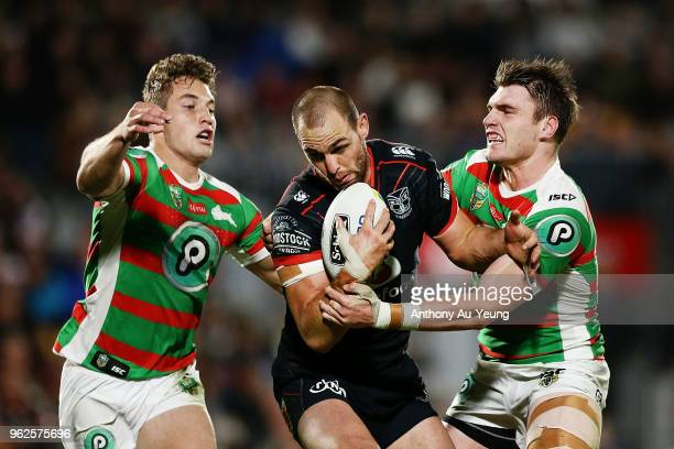Simon Mannering of the Warriors on the charge against Cameron Murray and Angus Crichton of the Rabbitohs during the round 12 NRL match between the...