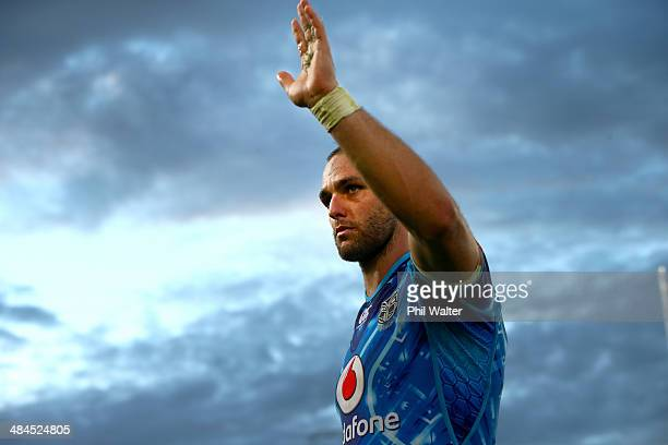 Simon Mannering of the Warriors waves to the crowd following the round 6 NRL match between the New Zealand Warriors and the CanterburyBankstown...