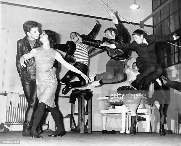 Simon Mottram et Sylvia Wellman répètent 'Mods and Rockers' accompagnés par des Rockers à l'arrièreplan un balletrock écrit par les Beatles le 13...