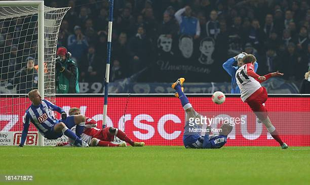Simon Terodde of Union scores the first goal during the Second Bundesliga match between Hertha BSC Berlin and 1FC Union Berlin at Olympic Stadium on...