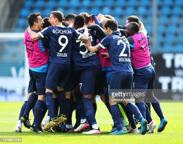 Simon Zoller of VfL Bochum 1848 and team mates celebrate after victory during the Second Bundesliga match between VfL Bochum 1848 and SV Sandhausen...
