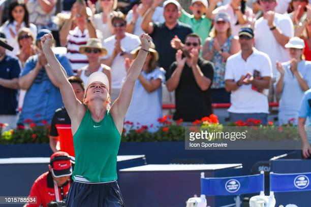 Simona Halep salutes the crowd after winning the WTA Coupe Rogers final on August 12, 2018 at IGA Stadium in Montréal, QC
