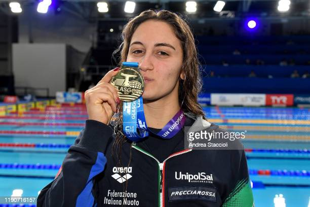 Simona Quadarella of Italy kisses the medal during the prize ceremony of the Women's 400m Freestyle . Simona Quadarella won the gold medal.