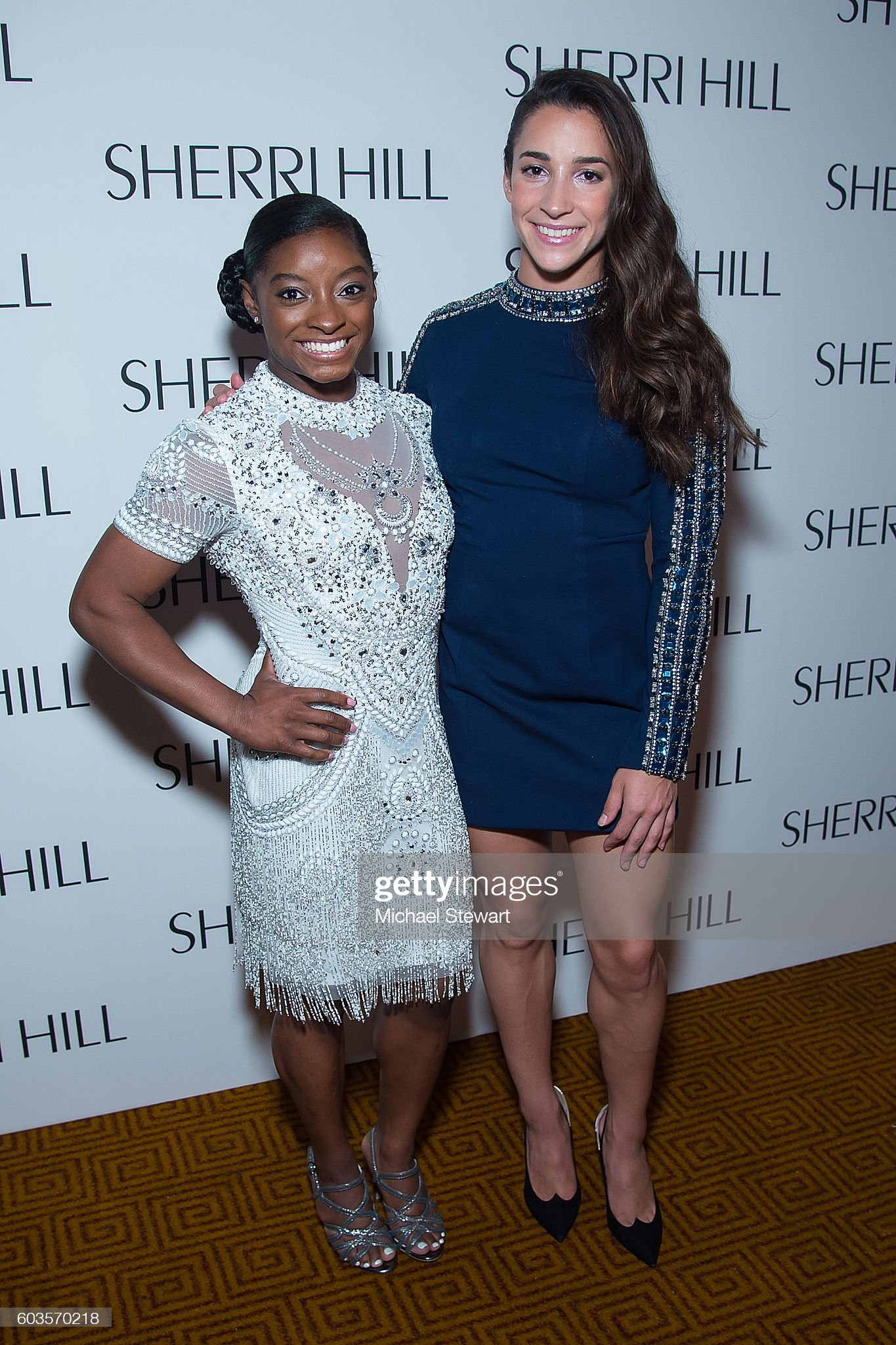 ¿Cuánto mide Aly Raisman? - Real height Simone-biles-and-aly-raisman-attend-the-sherri-hill-fashion-show-picture-id603570218?s=2048x2048