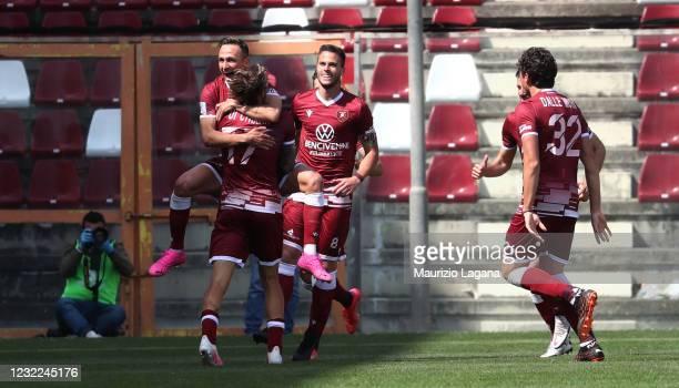 Simone Edera of Reggina celebrates after scoring his team's second goal during the Serie B match between Reggina and Vicenza at Stadio Oreste...