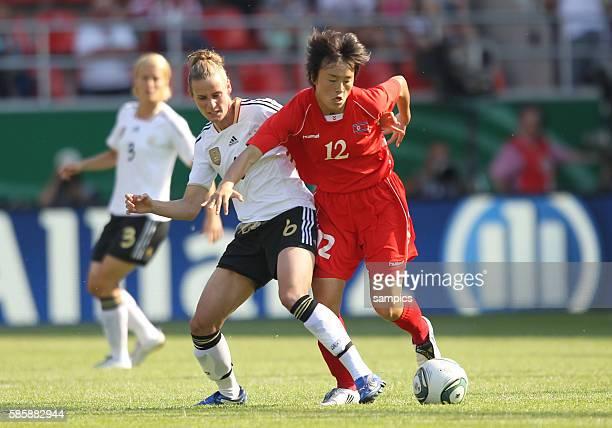 Simone Laudehr gegen Myong Hwa Jon Frauenfussball Länderspiel Deutschland Nordkorea Korea DVR 20 am 21 5 2011