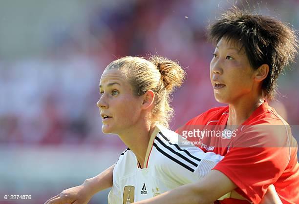 Simone Laudehr gegen Un Ju Kim Frauenfussball Länderspiel Deutschland Nordkorea Korea DVR 20 am 21 5 2011