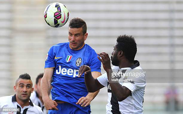Simone Padoin of Juventus FC competes for the ball with Silvestre Varela of Parma FC during the Serie A match between Parma FC and Juventus FC at...