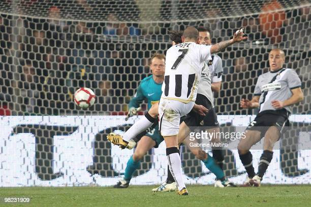 Simone Pepe of Udinese Calcio scores their fist goal during the Serie A match between Udinese Calcio and Juventus FC at Stadio Friuli on April 3,...