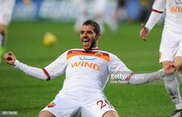 Simone Perrotta of Roma celebrates after scoring the second goal for Roma during the Serie A match between Atalanta BC and AS Roma at Stadio Atleti...